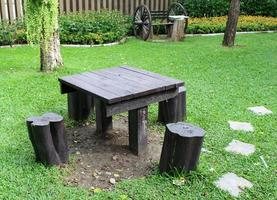 mesa y sillas en un parque.