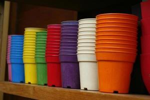 macetas de plástico de colores