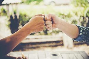primer plano, de, dos, empresarios, dar, puño, golpe