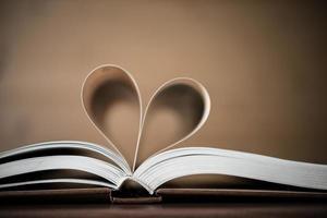 páginas de un libro con forma de corazón foto