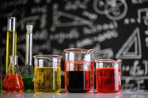 cristalería de laboratorio con diferentes colores químicos
