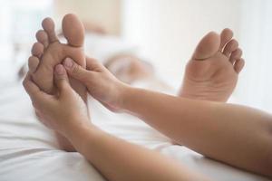 Mujer con un masaje de pies en un salón de belleza