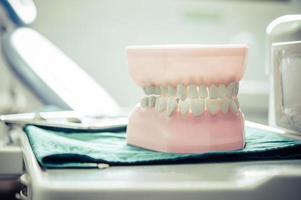 dentaduras postizas colocadas sobre una mesa en el laboratorio