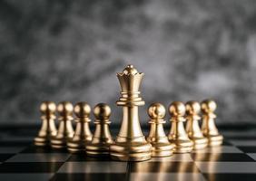 juego de mesa de ajedrez dorado