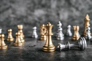 juego de mesa de ajedrez dorado y plateado