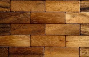 las piezas de madera están dispuestas en filas foto