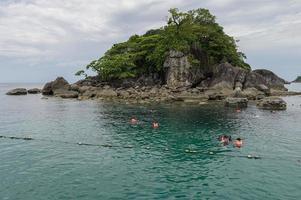 islas con turistas buceando en tailandia foto