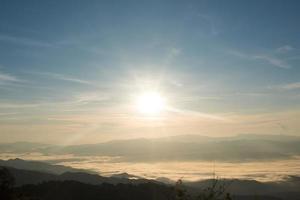 niebla y amanecer en la montaña foto