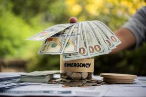 persona colocando efectivo de emergencia en la mesa foto