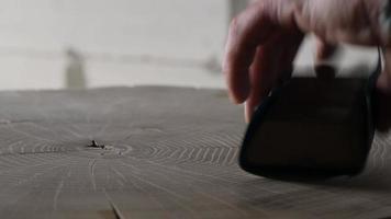 préparer une souche de bois avec du papier de verre