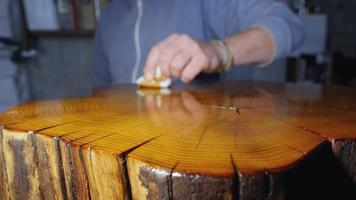 Polieren eines Holzstumpfes mit Holzimprägnierung und Schellack
