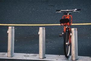 bicicleta de ciudad naranja
