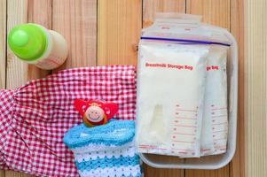 leche materna congelada en bolsas de almacenamiento para bebé foto