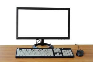 Escritorio de computadora vieja en la habitación de la oficina con pantalla en blanco