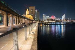 colorida vista nocturna del paisaje urbano de yokohama foto