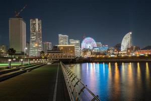 yokohama, japón, 2020 - colorida vista nocturna del paisaje urbano