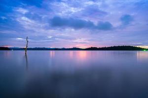 colorido amanecer sobre un cuerpo de agua foto