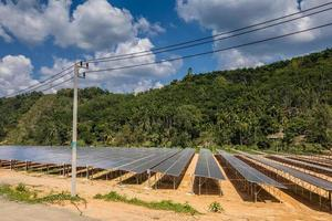 granja solar cerca de las montañas durante el día.