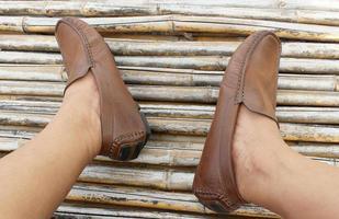 hombre con sandalias