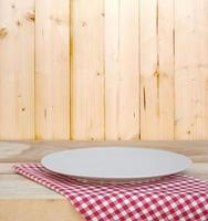 plato blanco sobre un paño foto