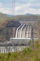 torres de electricidad y planta de energía en tailandia foto