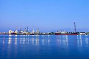 Refinería de petróleo en Bangkok por la noche foto