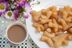café y bocadillos fritos para el desayuno. foto