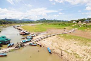 Puente y casas en Kanchanaburi, Tailandia foto