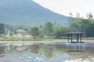 pabellón en medio de un estanque