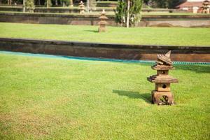 linterna de piedra en la hierba