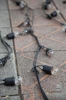 bombillas y cableado en el suelo