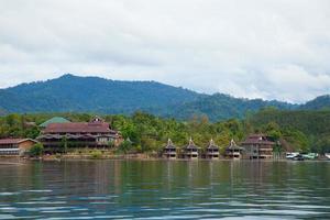 resort junto a un río en tailandia