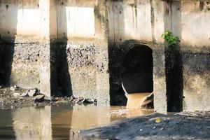 agua residual drenada en la fuente de agua foto