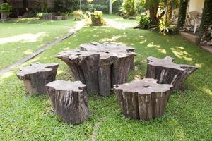 mesa y taburetes de madera