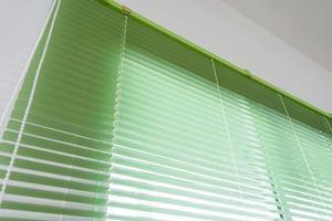 Persianas de protección solar de color verde.