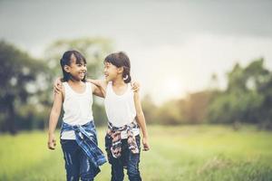 dos niñas divirtiéndose en el parque foto