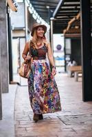mujer caminando por la calle con una gran sonrisa foto