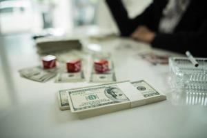 empresario sentado con dinero en efectivo y bebiendo whisky foto