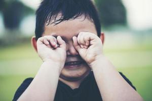 niño llorando locamente foto