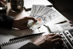 persona de negocios calculando el crecimiento financiero y la inversión foto