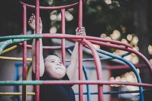 niño jugando en el parque foto