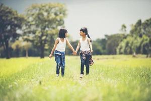 dos niñas cogidas de la mano en el parque foto