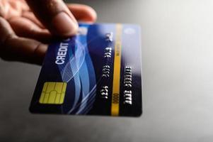 mano sosteniendo una tarjeta de crédito foto