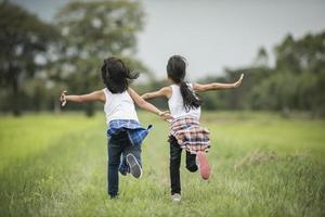 dos niñas divirtiéndose en el parque