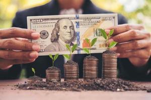 Mujer contando dinero en efectivo en una mesa al aire libre