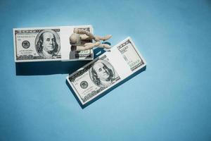 Vista superior del concepto de billetes de dólar sobre fondo azul. foto