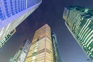 rascacielos en tokio por la noche foto