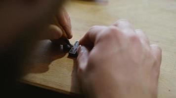 homem esculpe uma cruz de ébano video