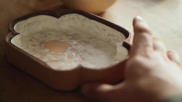 oleiro aplica esmalte em um prato de argila com um pincel video
