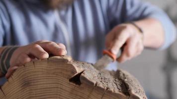 Rinde von einem Holzstumpf entfernen